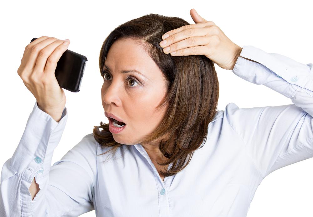 髪悩む女性